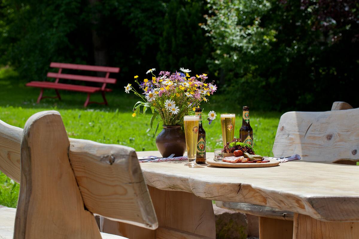 Mit einer Brotzeit gedeckter Holztisch - Hotel Konradshof