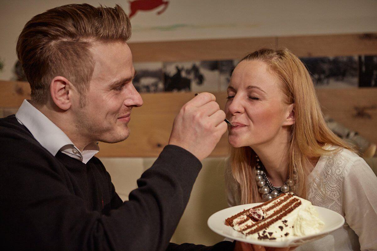 Paar isst genüsslich eine Schwarzwälder Kirschtorte - Hotel Konradshof