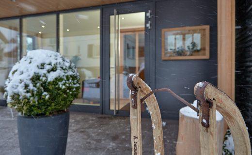 Eingang im Schneegestöber mit Schlitten - Hotel Konradshof