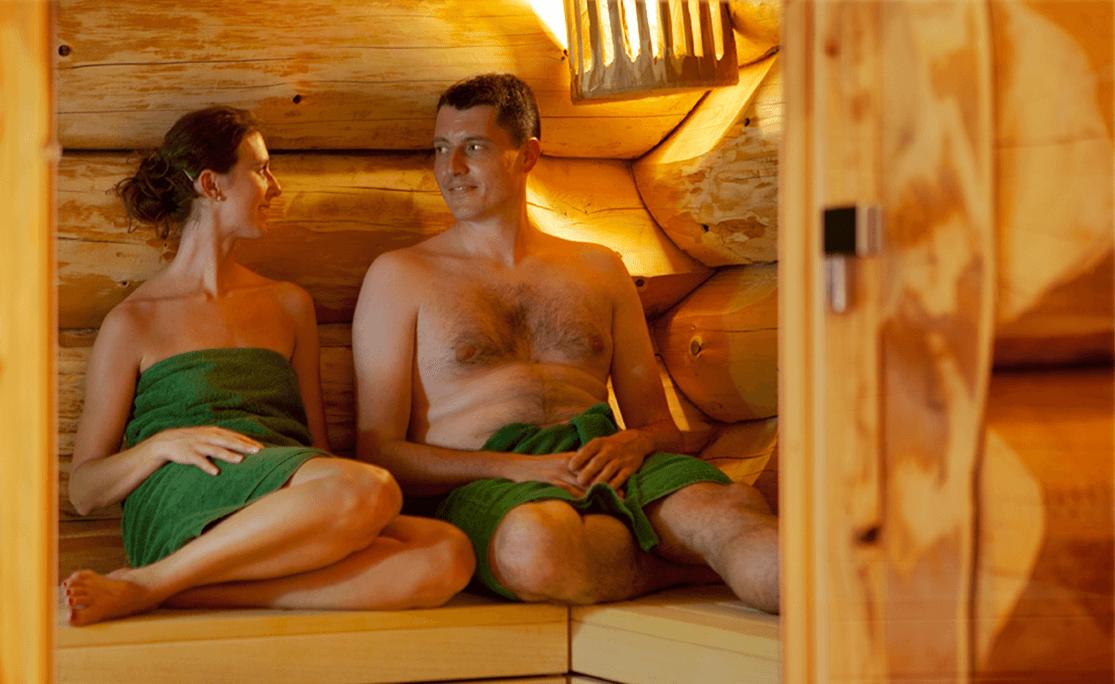 Paar entspannt bei einem romantischen Saunagang - Hotel Konradshof