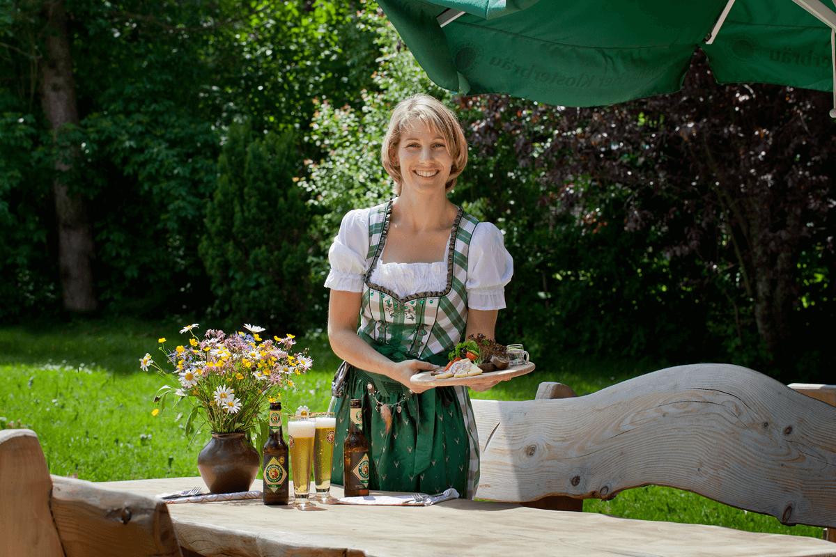 Freundliche Dame beim Servieren der Brotzeit - Hotel Konradshof