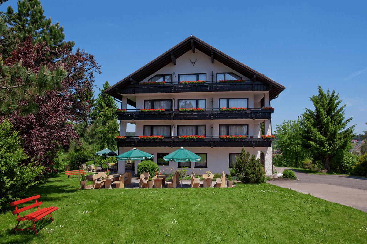 Haus mit Blick auf Gartenterrasse im Sommer - Hotel Konradshof