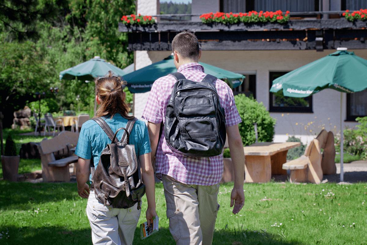 Paar macht sich zur Wanderung auf - Hotel Konradshof