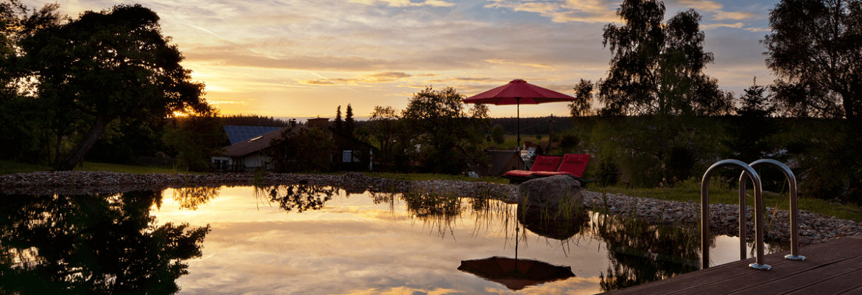 Naturschwimmteich bei Sonnenuntergang - Hotel Konradshof