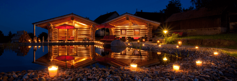 Blockhäuser in romantischer Sommernacht - Hotel Konradshof