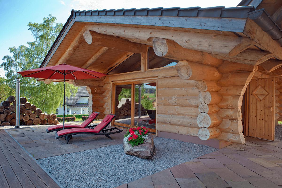 Blockhaushütte mit Liegestühlen - Hotel Konradshof