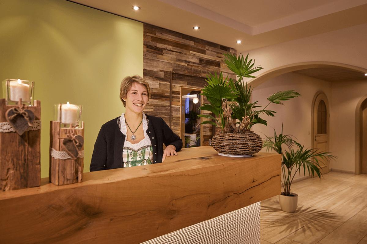 Begrüßung durch freundliche Empfangsdame - Hotel Konradshof