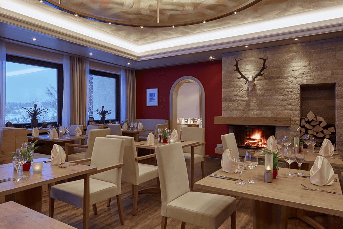 Gemütliche Restaurant Atmosphäre am offenen Kamin - Hotel Konradshof