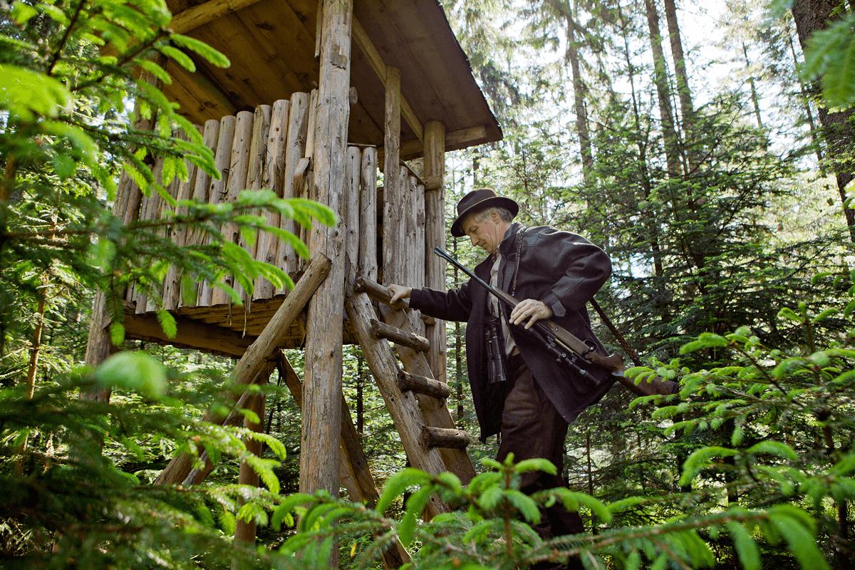 Jäger klettert auf Hochsitz - Hotel Konradshof
