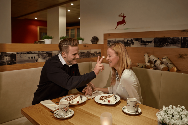 Paar hat Spaß beim Kuchenessen - Hotel Konradshof
