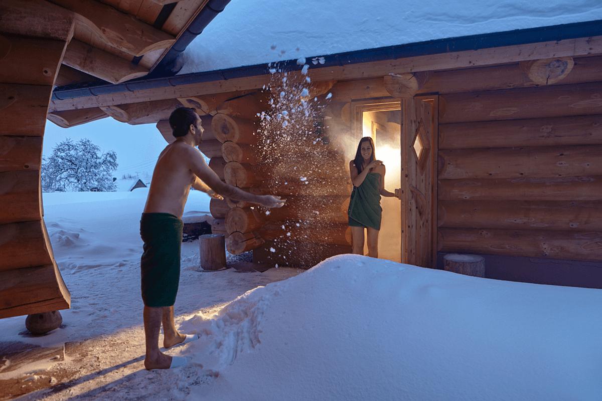 Abkühlung im Schnee nach einem Saunagang - Hotel Konradshof