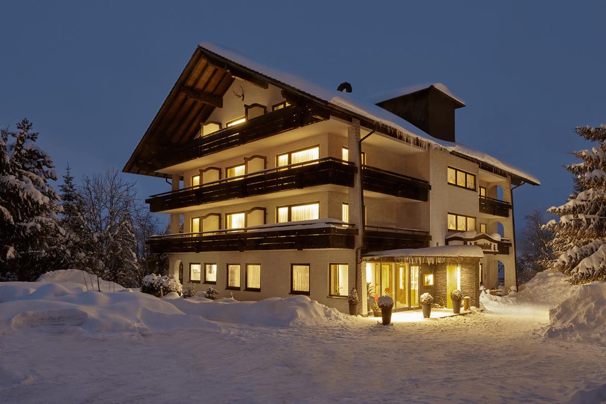 Beleuchtetes Haus in einer Winternacht - Hotel Konradshof