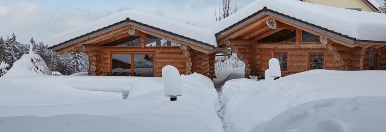 Paar genießt Glühwein im Schnee - Hotel Konradshof