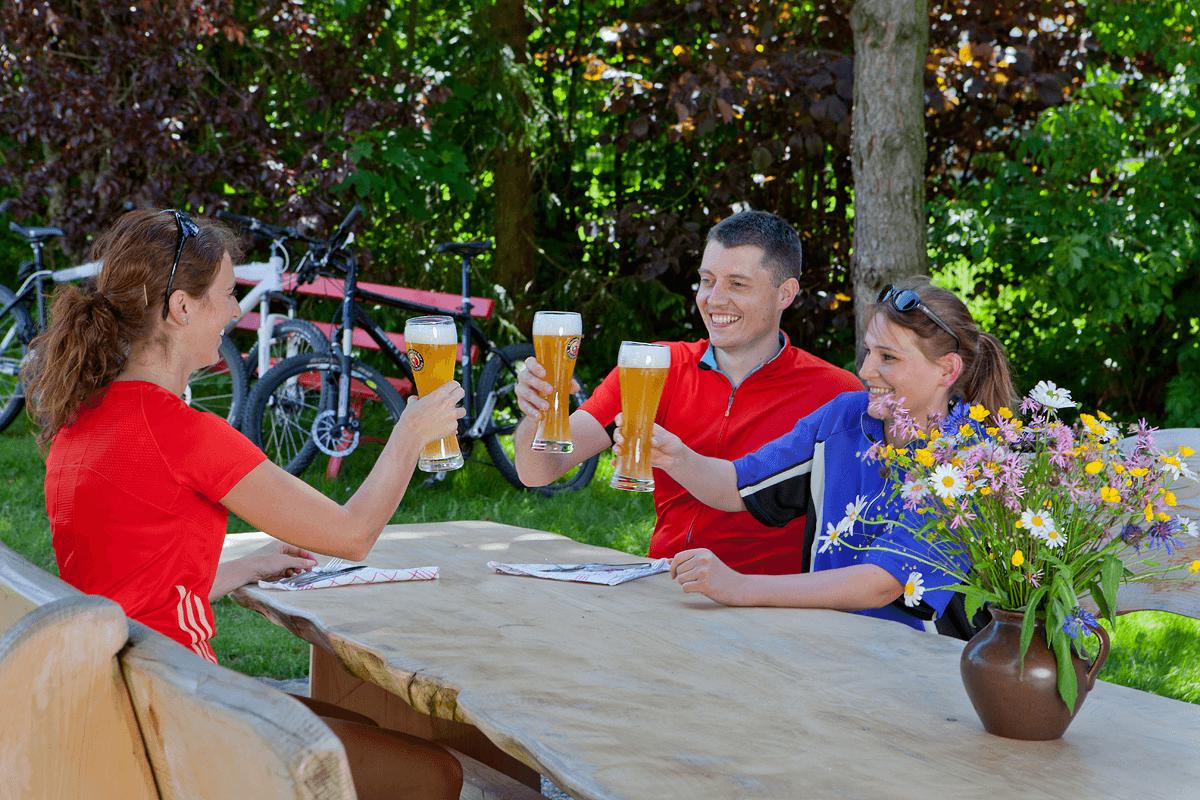 Erfrischung nach Fahrradtour auf der Gartenterrasse - Hotel Konradshof