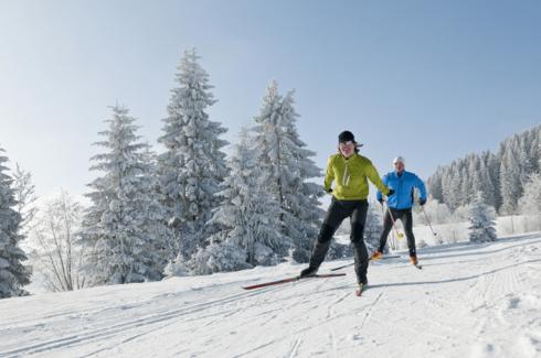 Skilangläufer in verschneiter Winterlandschaft - Hotel Konradshof