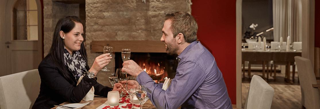 Paar genießt Zweisamkeit bei einem romantischen Dinner - Hotel Konradshof