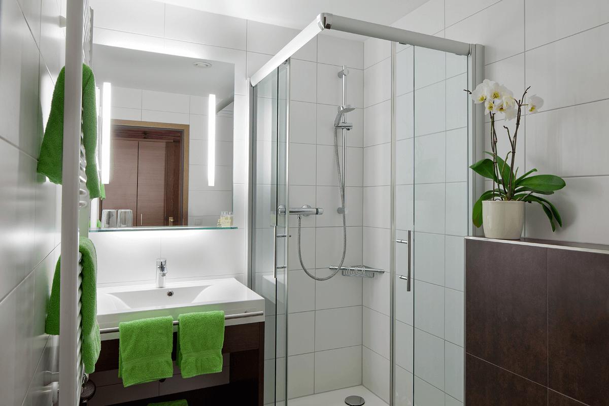 Modernes Badezimmer angrenzend an Hotelzimmer - Hotel Konradshof