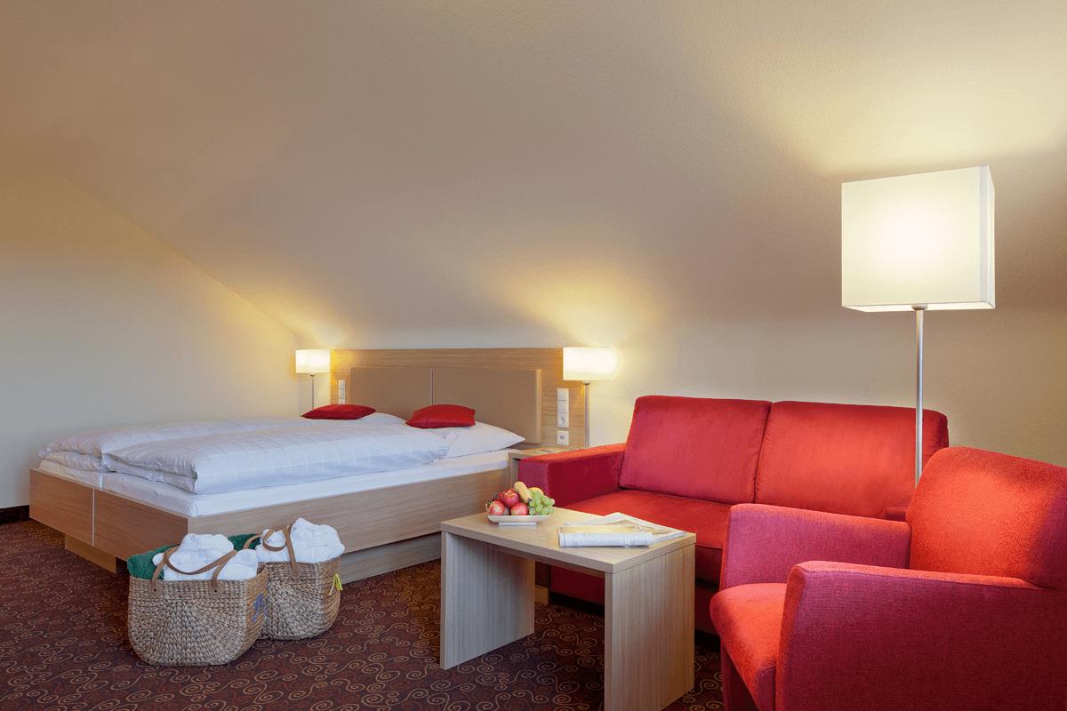 Hotelzimmer mit Doppelbett und Sitzgelegenheiten - Hotel Konradshof