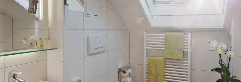 Helles Badezimmer mit Dachfenster - Hotel Konradshof