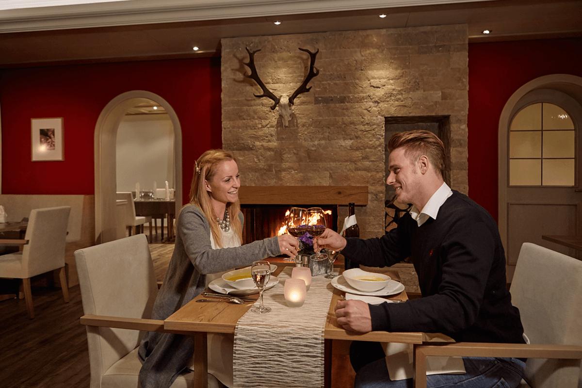 Paar genießt Dinner in romantischer Atmosphäre - Hotel Konradshof