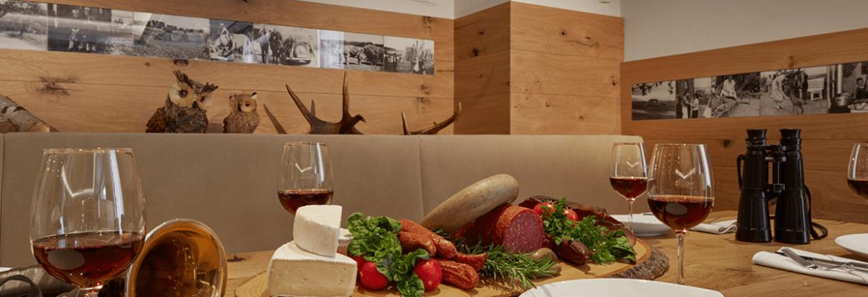Gedeckter Tisch mit Jagdutensilien geschmückt - Hotel Konradshof