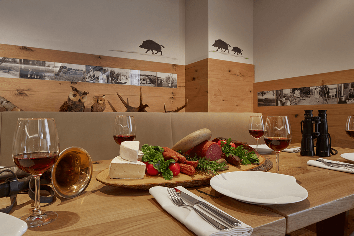 Tisch mit Brotzeit gedeckt - Hotel Konradshof