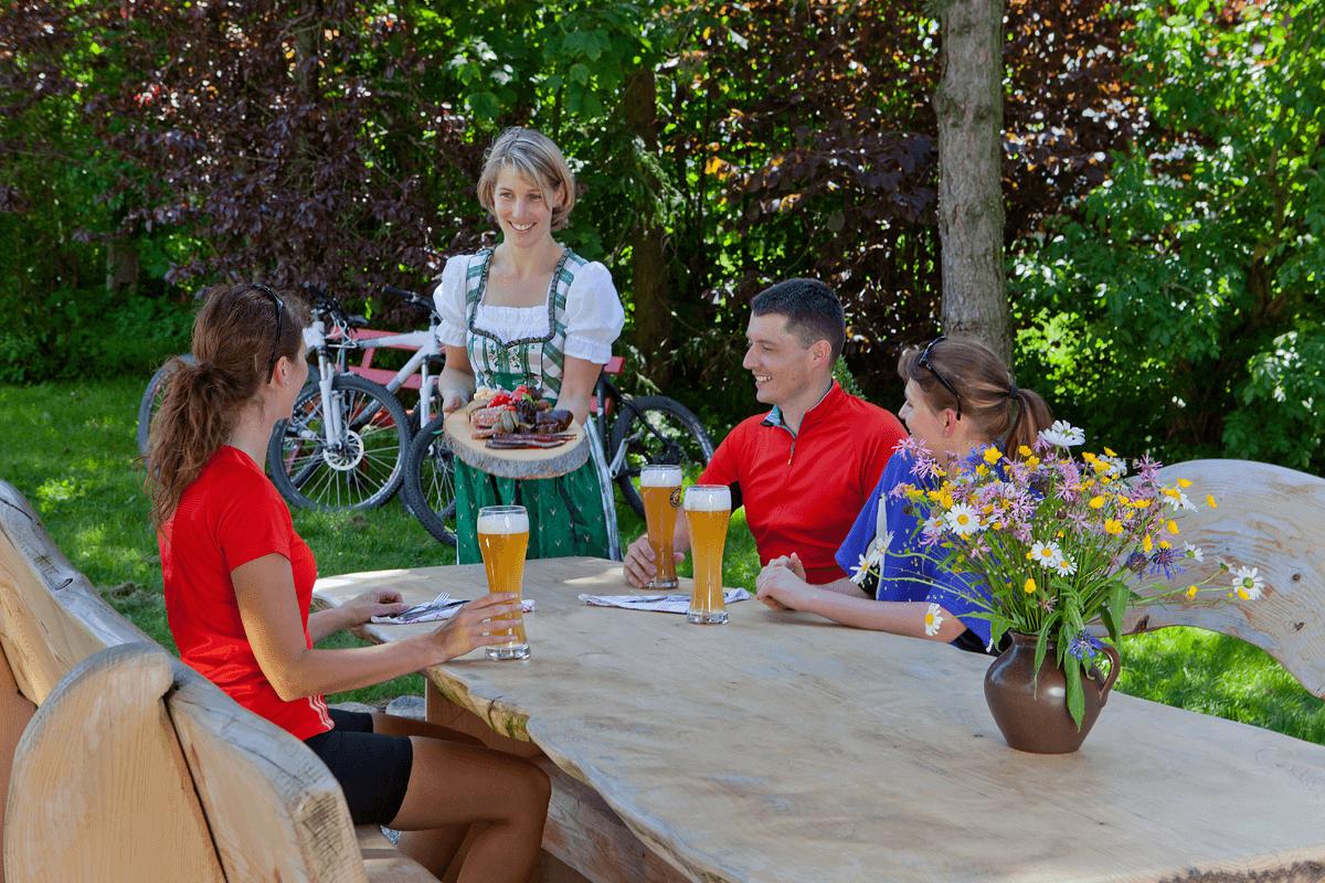 Kellnerin serviert Vesperplatte für Radsportler - Hotel Konradshof