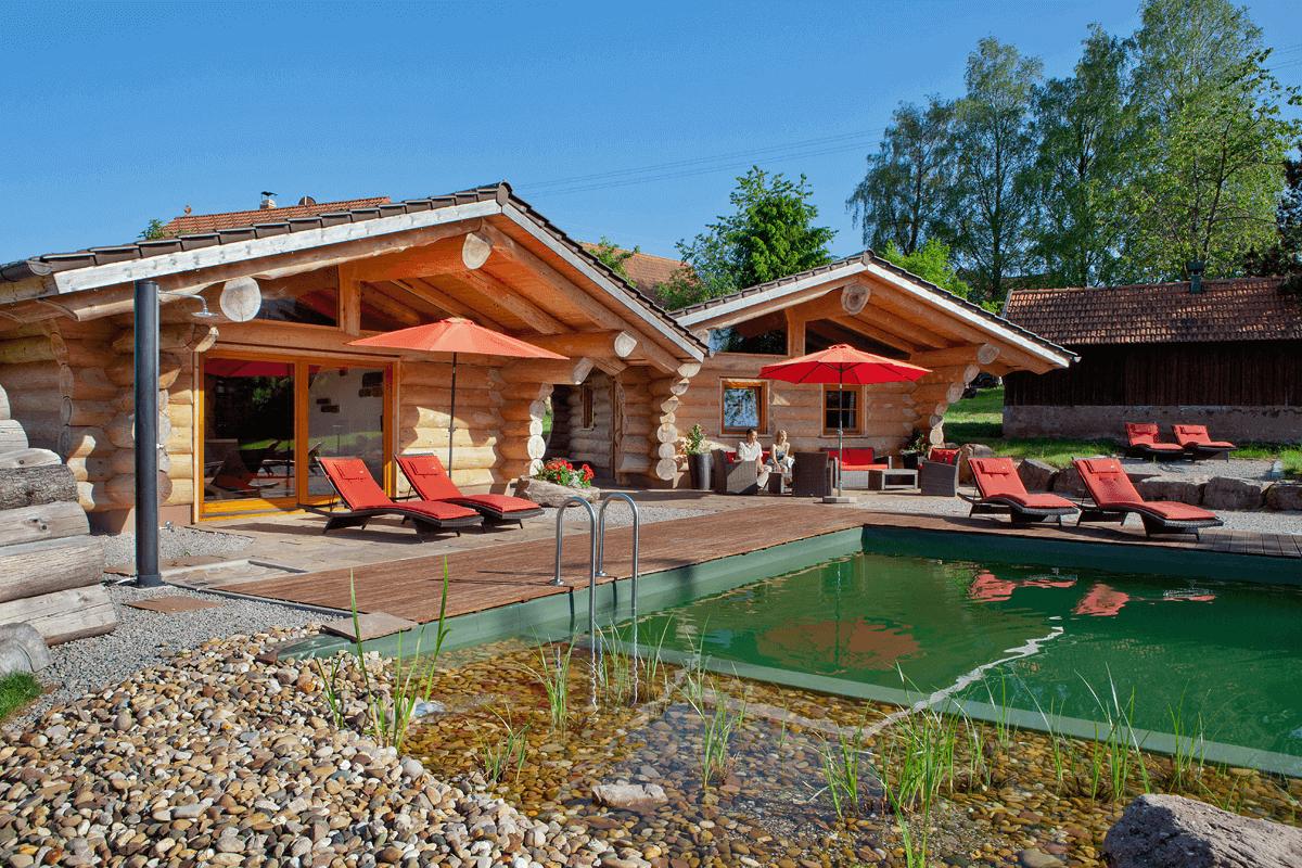 Blockhäuser in entspannter Naturschwimmteich-Landschaft - Hotel Konradshof