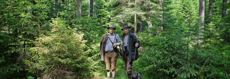 Jäger im Wald mit Hund und Jagdbeute - Hotel Konradshof