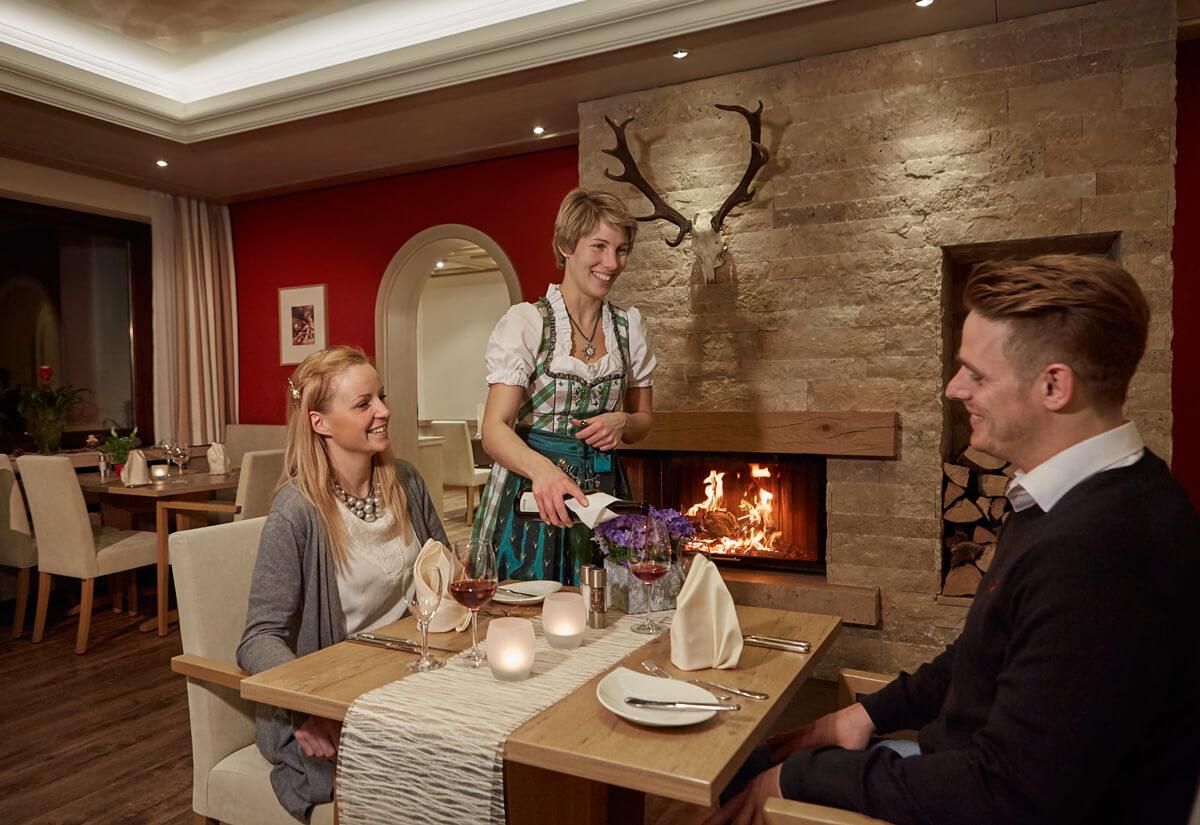 Bedienung schenkt Wein nach - Hotel Konradshof