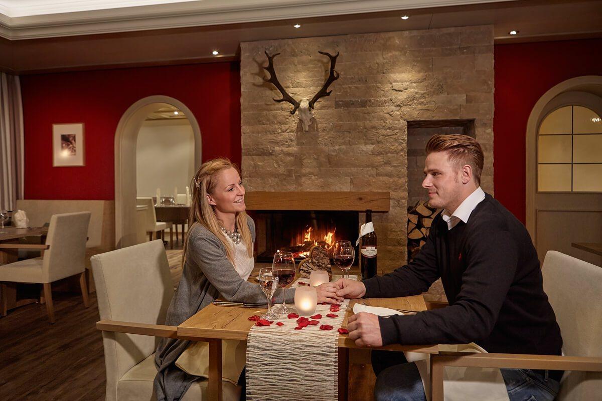 Paar genießt Zeit zu Zweit beim Essen - Hotel Konradshof