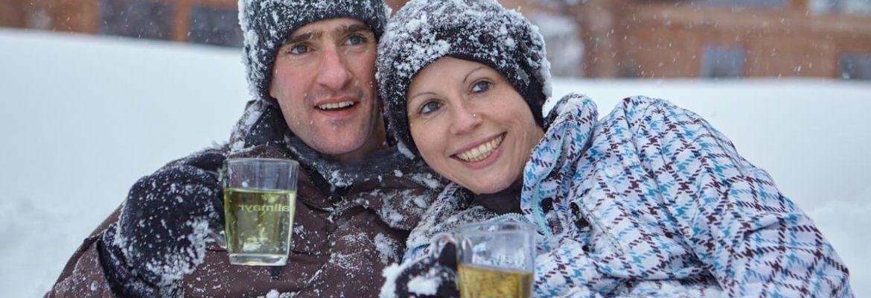 Paar erholt sich auf gemütlichen Liegen - Hotel Konradshof