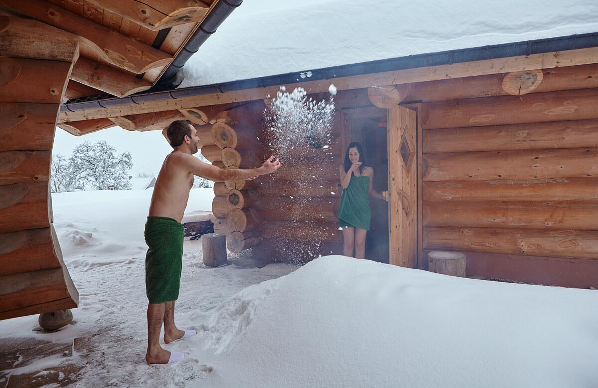 Spaß im Schnee nach dem Saunagang - Hotel Konradshof