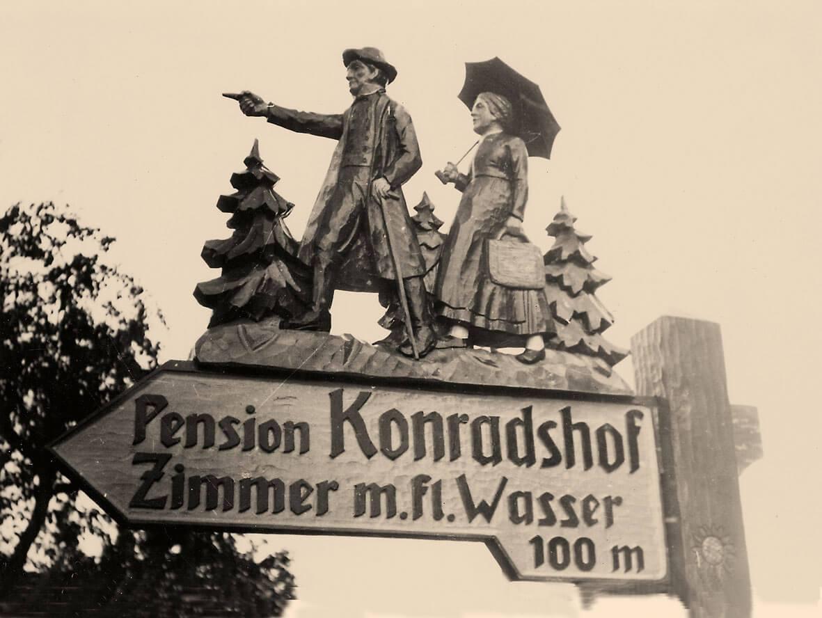 Alter Wegweiser zur Pension - Hotel Konradshof