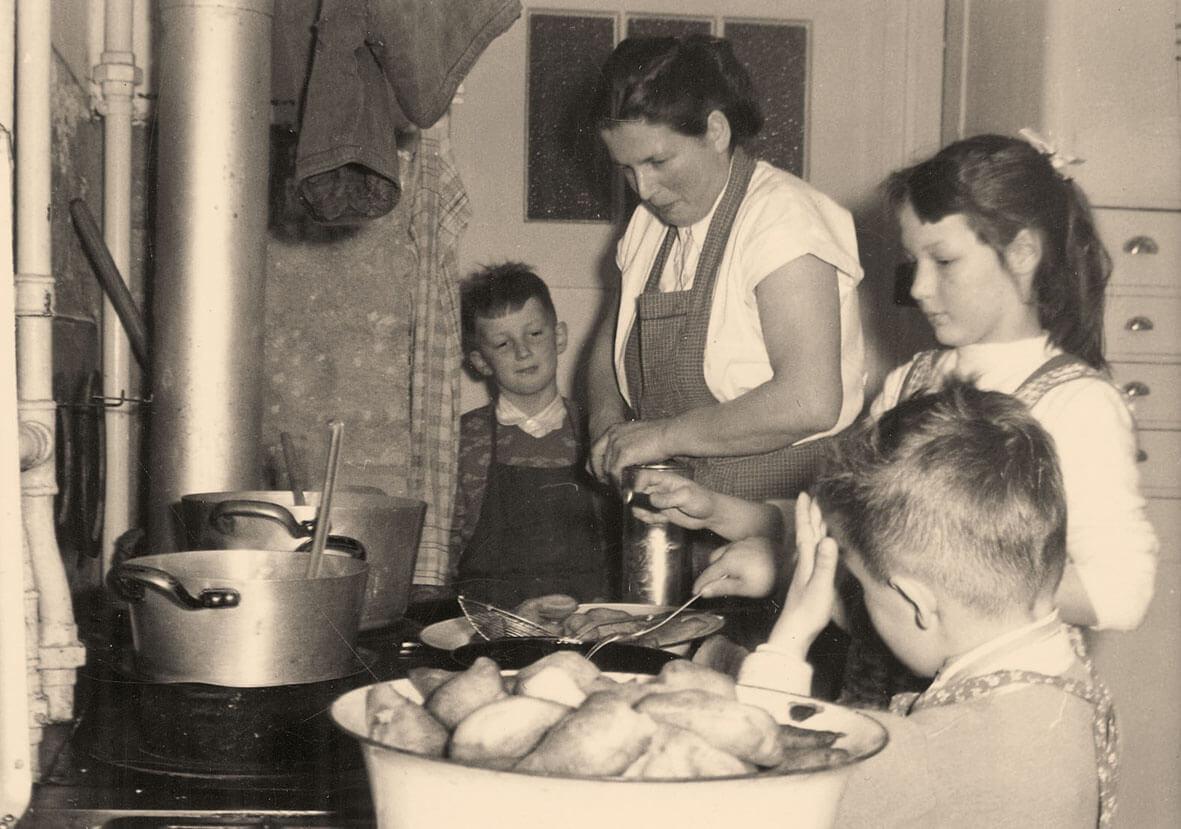 Kartoffeln Kochen in der alten Küche - Hotel Konradshof
